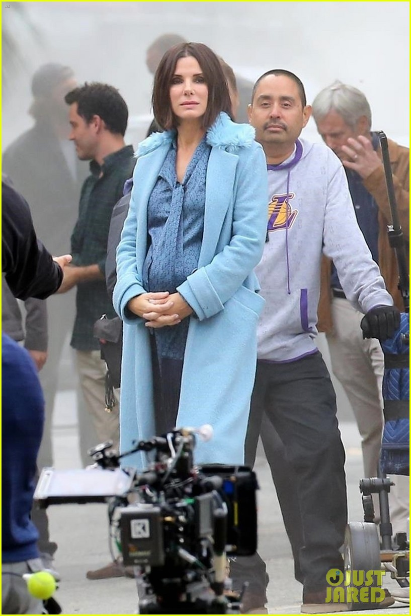 sandra-bullock-shows-off-her-shorter-hair-on-set-of-bird-box-01