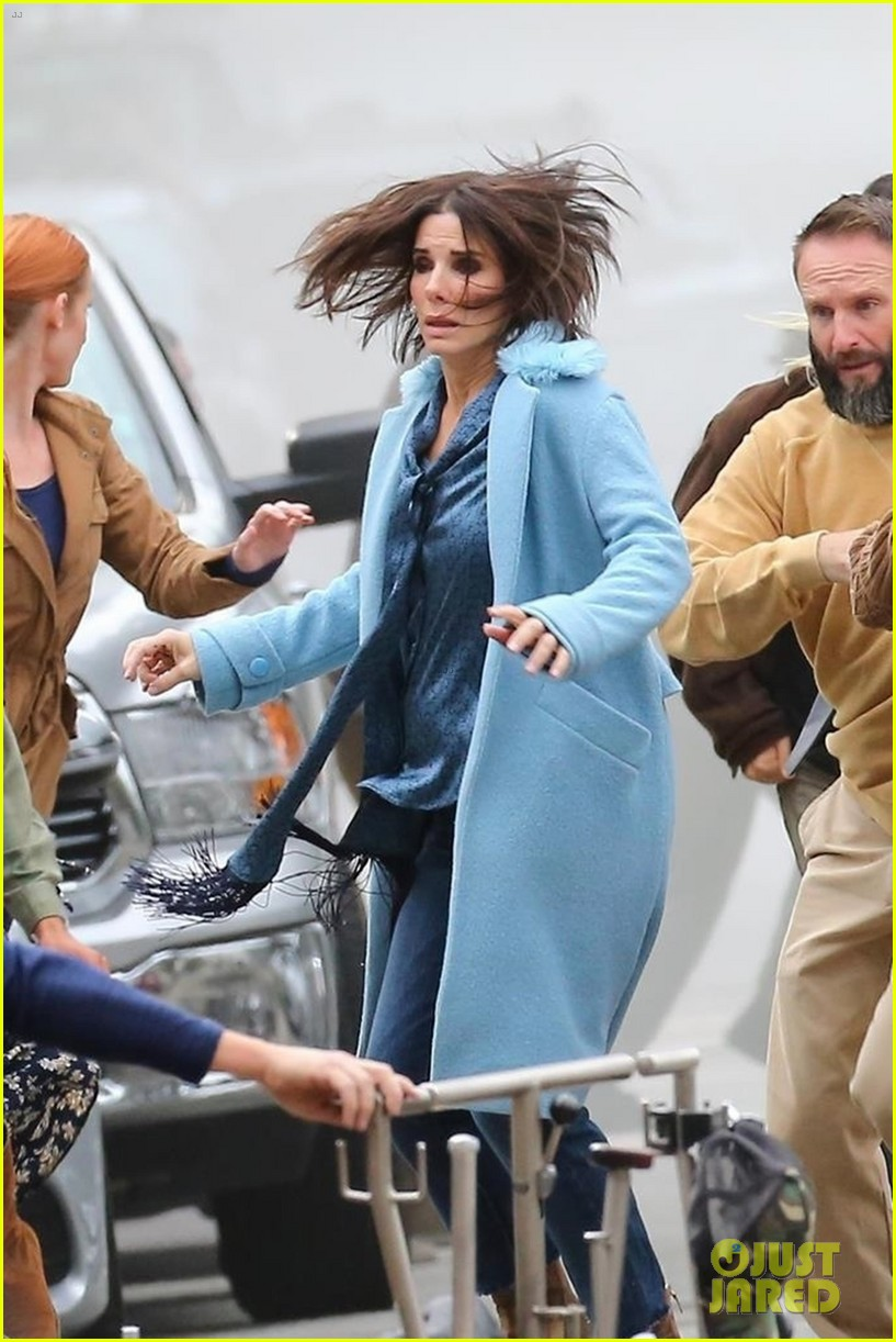 sandra-bullock-shows-off-her-shorter-hair-on-set-of-bird-box-02