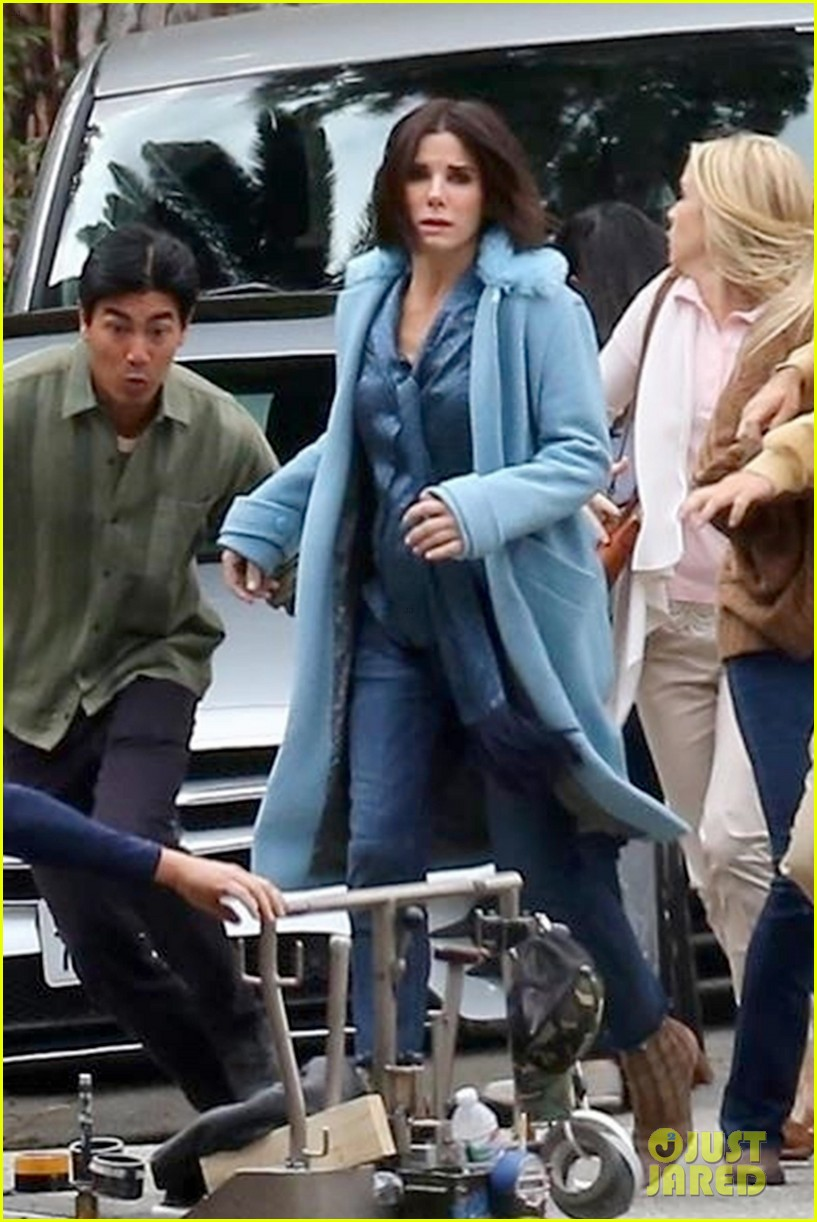 sandra-bullock-shows-off-her-shorter-hair-on-set-of-bird-box-03 (1)