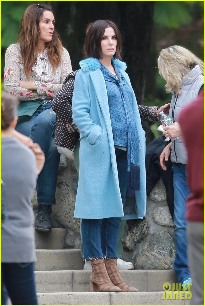 sandra-bullock-shows-off-her-shorter-hair-on-set-of-bird-box-04 (1)