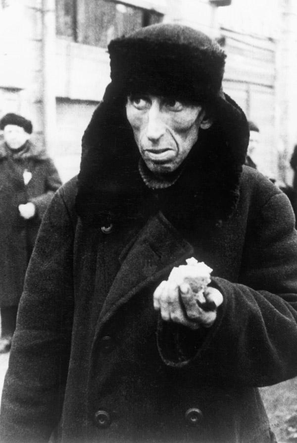 Um homem faminto com um pedaço de pão em Leningrado em 1941 Foto: Akg Images