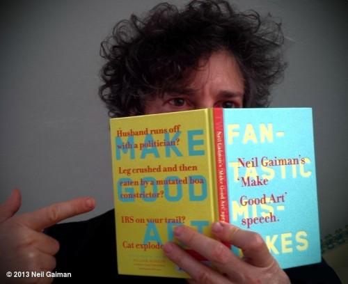 Neil com o livro