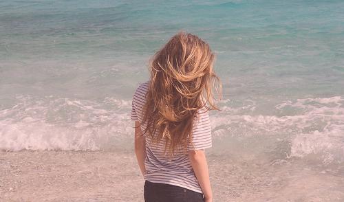 garota_loura_costas_praia