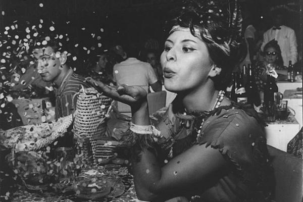 Foliã joga confetes em festa de carnaval de 1961 – Foto: Arquivo/AE