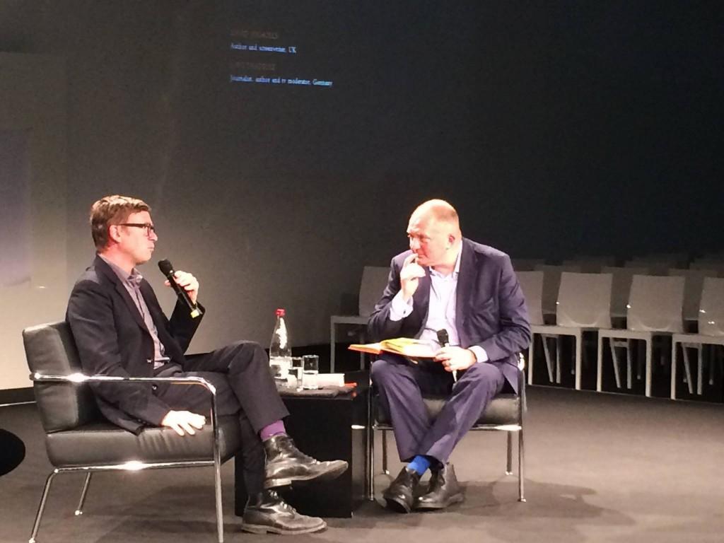 David Nicholls e o jornalista alemão Jörg Thadeusz logo no início do encontro. A foto não está muito boa, mas foi uma das poucas que não ficou tremida demais, acreditem. :)