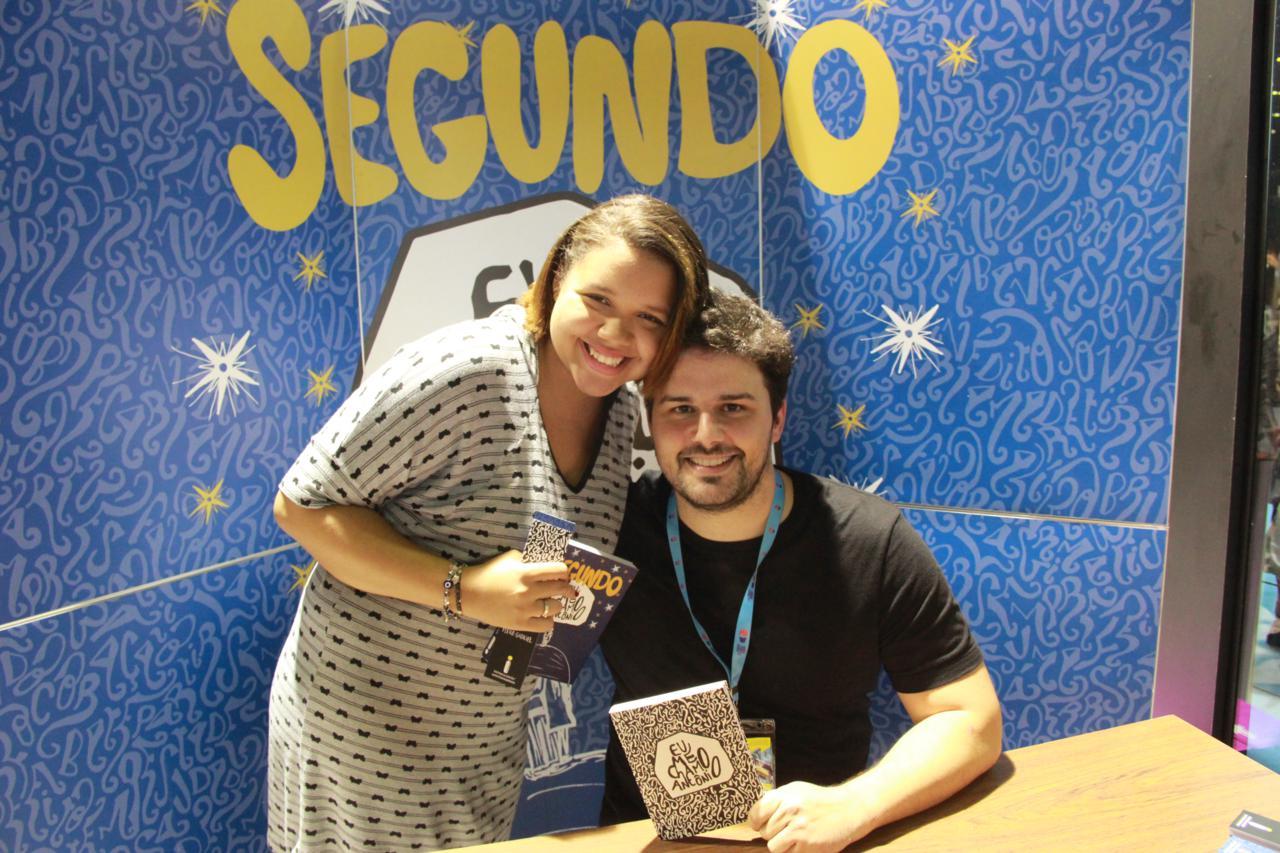 Sessão de autógrafos com Pedro Gabriel na Bienal