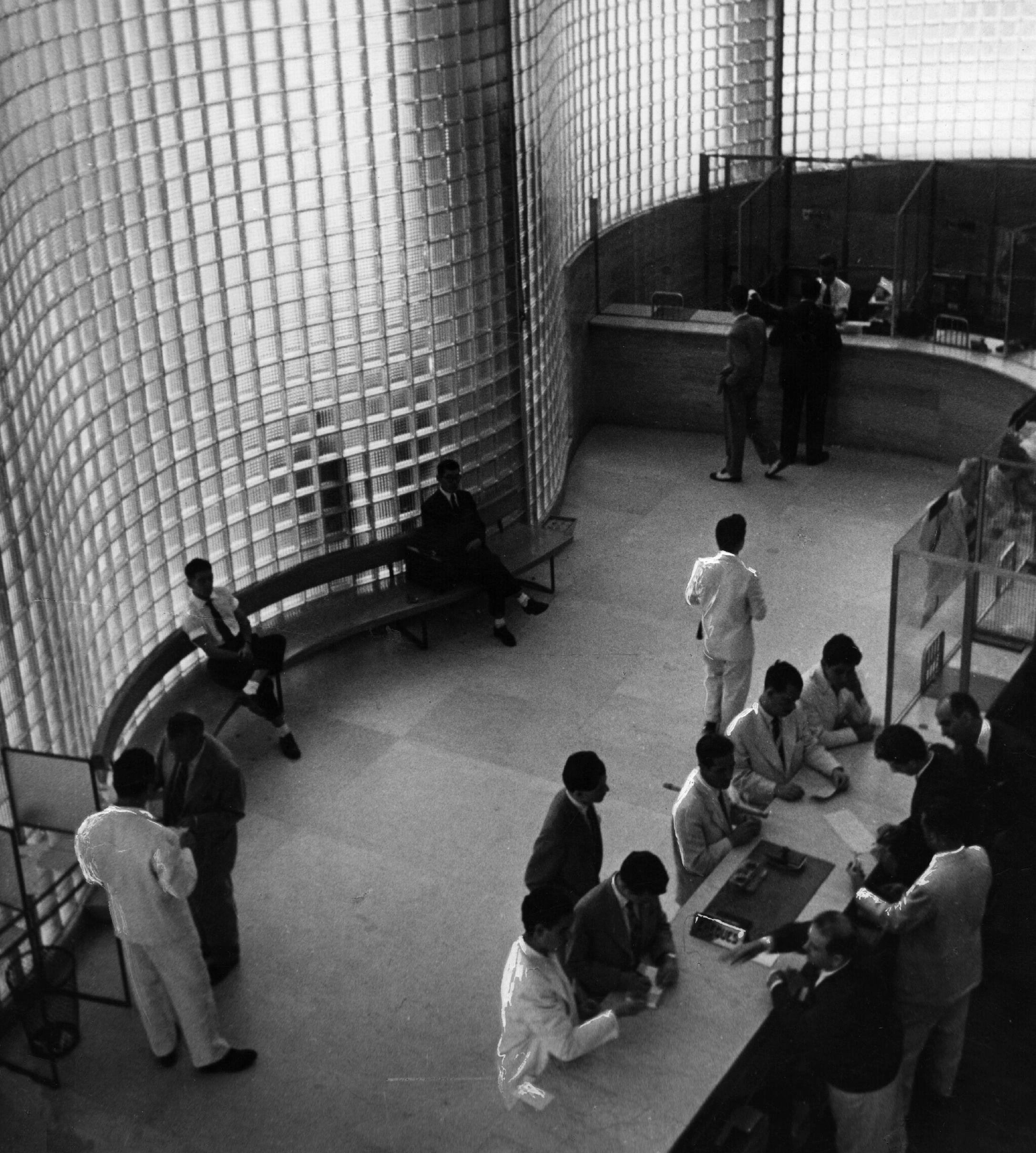 Paredes de vidro e interior do Banco Boavista, projeto de Oscar Niemeyer (Foto por Kurt Hutton/Getty Images)