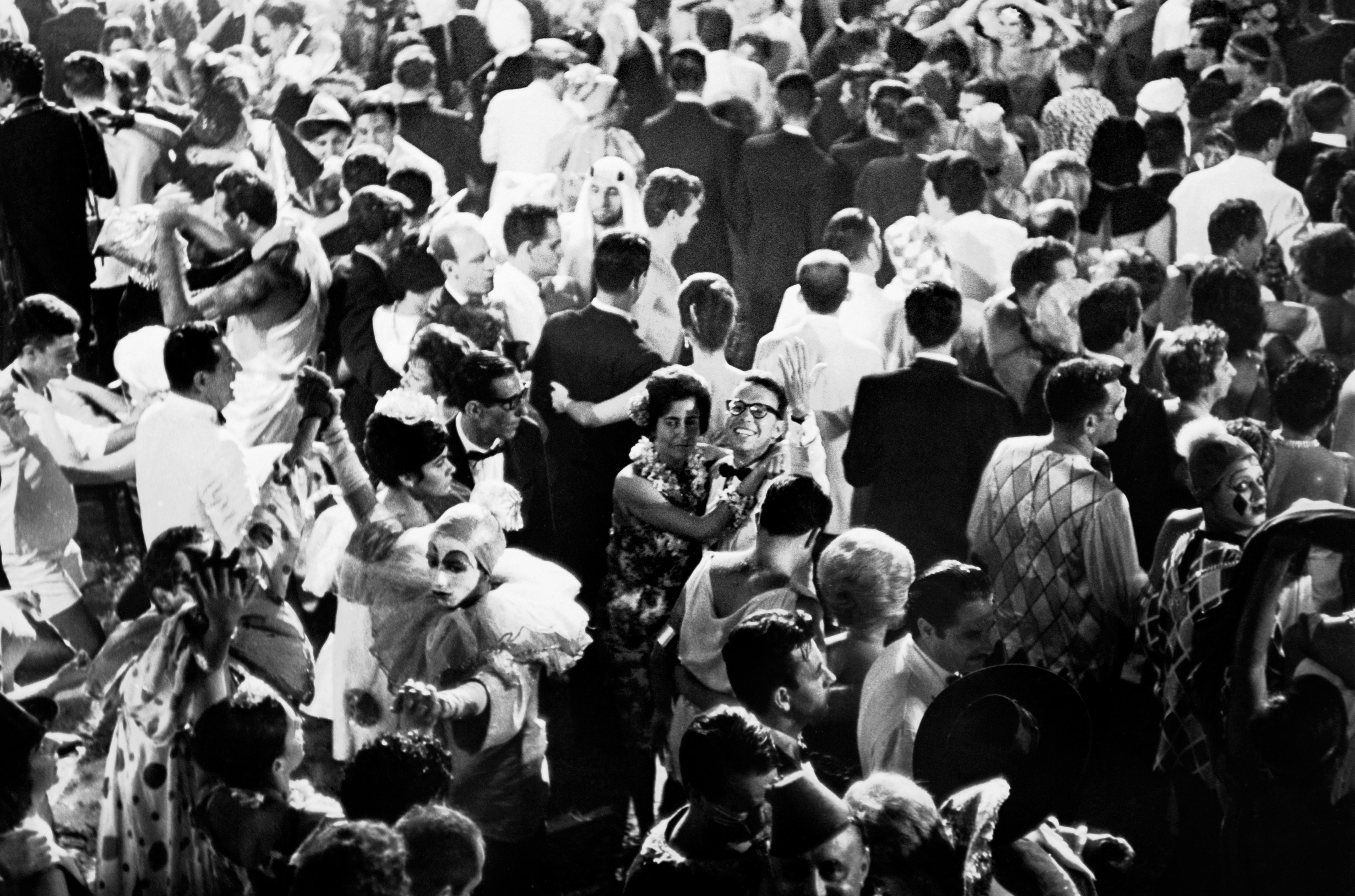 """Data da foto: 1962 Wilson Figueiredo, jornalista, (centro) ao lado da mulher Lourdes no Carnaval de 1962, no baile do Copacabana Palace, fotografia do livro """"E a Vida Continua"""", da Editora Ouro sobre Azul."""
