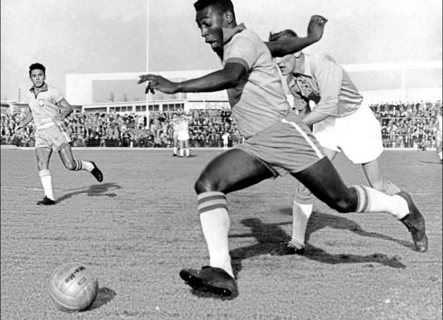 (FILES) - Picture dated 08 May 1960 shows Brazilian soccer star Edson Arantes do Nascimento, better known as Pele, during a match Brazil vs Sweden. The national olympic committees named Pele (soccer), Muhammad Ali (boxing), Carl Lewis (athletics), Michael Jordan (basketball) and Mark Spitz (swimming) the five sportsmen of the century it was reported in a Intertional Olympic Committee statement 17 December 1999. OPSE_HISTORIA DE LOS MUNDIALES_PELE 2002JUL31_AFD