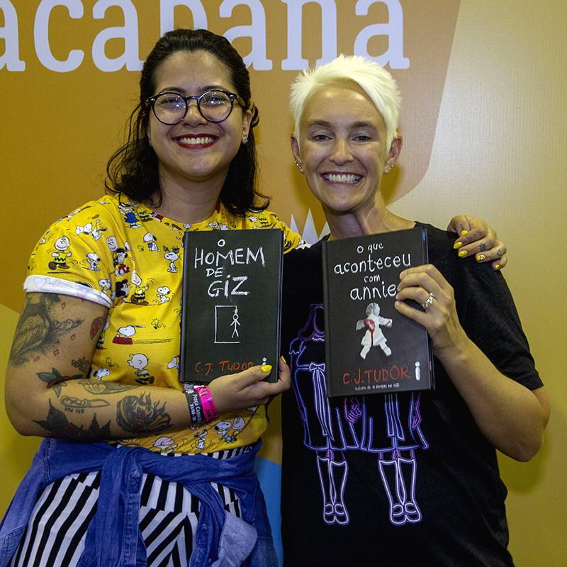 Confira as fotos da sessão de autógrafos com C. J. Tudor na Bienal do Livro Rio