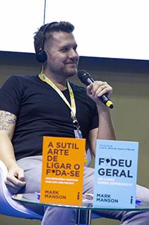 Confira as fotos da sessão de autógrafos com Mark Manson na Bienal do Livro Rio 2019
